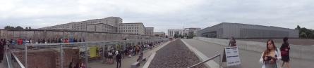 Ante los restos del Muro de Berlín