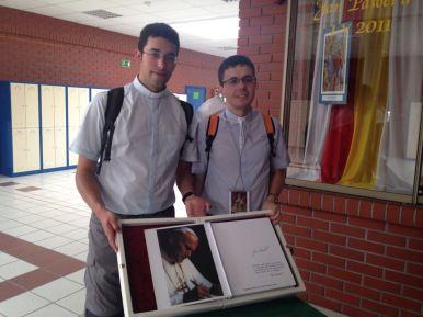 Con una reliquia de San Juan Pablo II